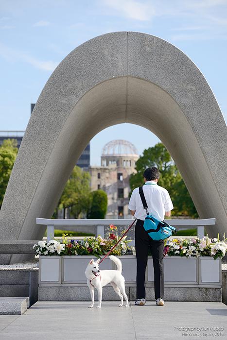 平和記念公園で祈るサラリーマン