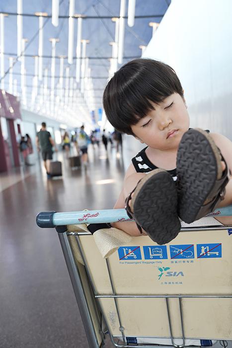 上海空港でお昼寝